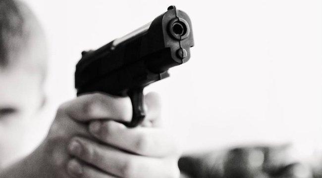 Szörnyű tragédia: fejbe lőtte magát egy hároméves kisfiú