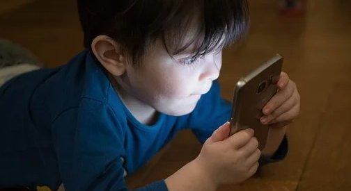 1270 forintos sms-ekkel verik át a gyerekeket