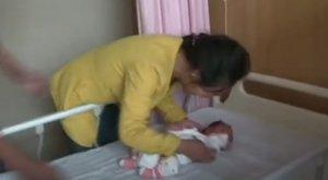 Megható pillanat: így ölelte magához újra elrabolt csecsemőjét az édesanya