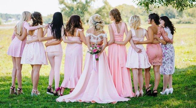 Ez elképesztő: Nem tetszett a menyasszonynak a koszorúslánya ruhája, átszerkesztette a képeken
