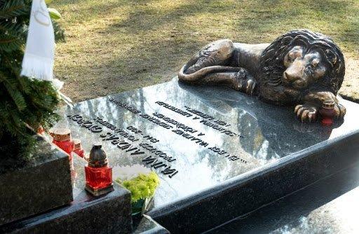 Nem egyedül érkezett Vajna Tímea Andy sírjához