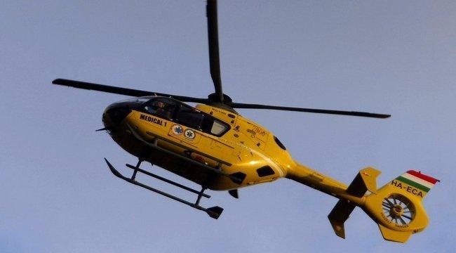 Mentőhelikopter az M7-esen: Hárman rohantak egymásba Siófoknál