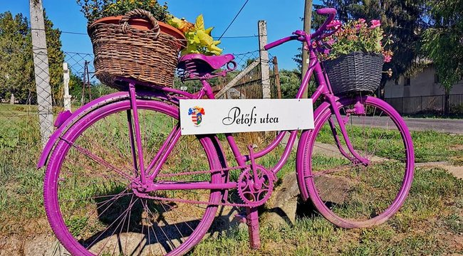 Gicen bicajokra írják az utcaneveket – fotók