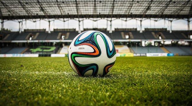 Csinos szőke lány az első női focista, aki a férfi mezőnyben játszhat - fotó