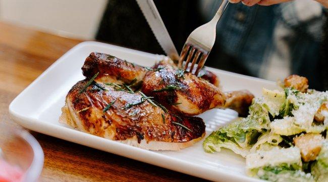 Ha esik, ha süt: mozzarellás töltött csirkétől lesz teljes a nyár