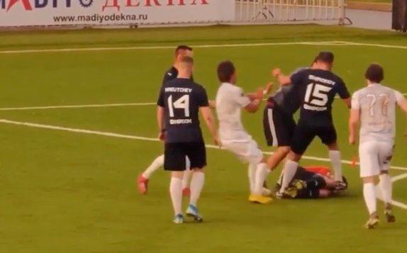 Hatalmas balhé a meccsen – Nekiesett a bírónak az 57-szeres válogatott focista – videó