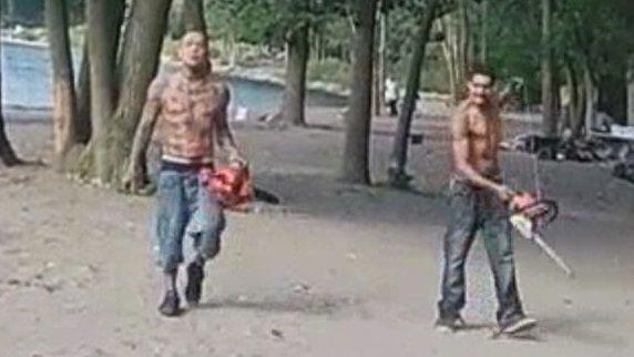 Vértől borított testtel, láncfűrésszel mentek a strandolók közé – videó