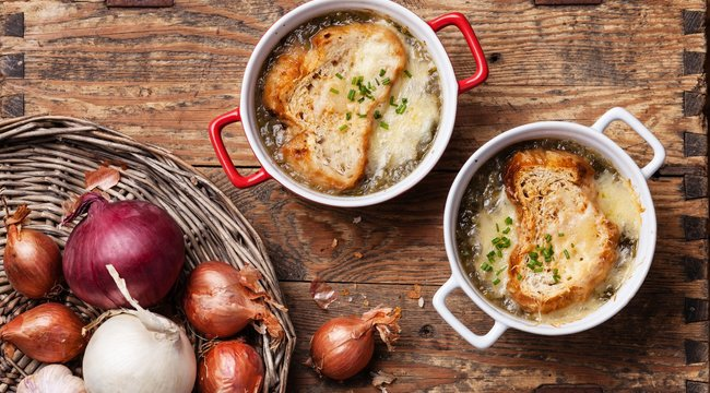 Barna sörös hagymalevessel indul a tökéletes hétvégi menü– recept