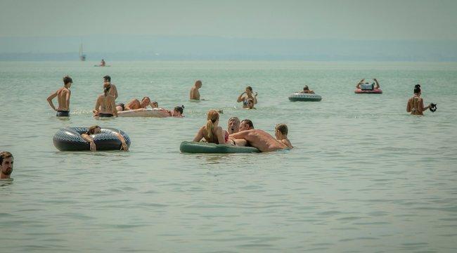 Balatoni strandolók –Az időjárás segítette a távolságtartást