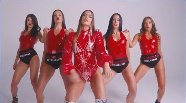 Ezért a terpesztésért tuti ismét tiltást kap Dér Heni: piros latexben táncol legújabb klipjében– Videó