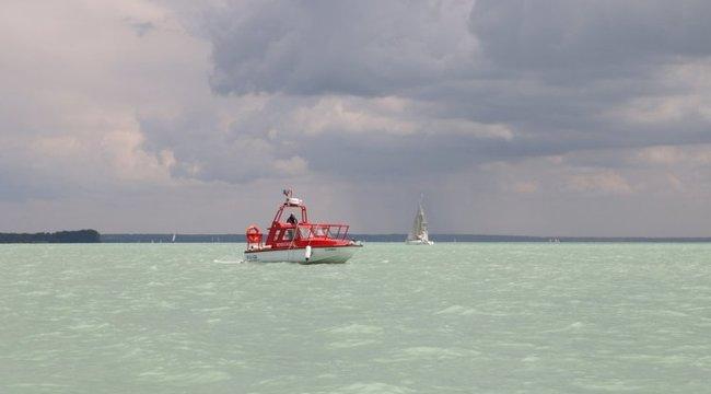 Rekord: 31 embert kellett kimenteni a Balatonból a hétfői vihar alatt