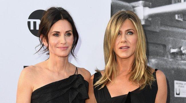 Courteney Cox megörökítette Jennifer Aniston bénázását – videó