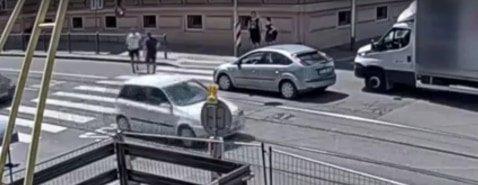 Nem engedték besorolni az autóst, bunyó lett a vége – videó