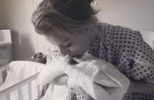 Felkavaró tragédia: halott gyermeke ruháit árulja az anya, hogy sírkövet tudjon belőle venni