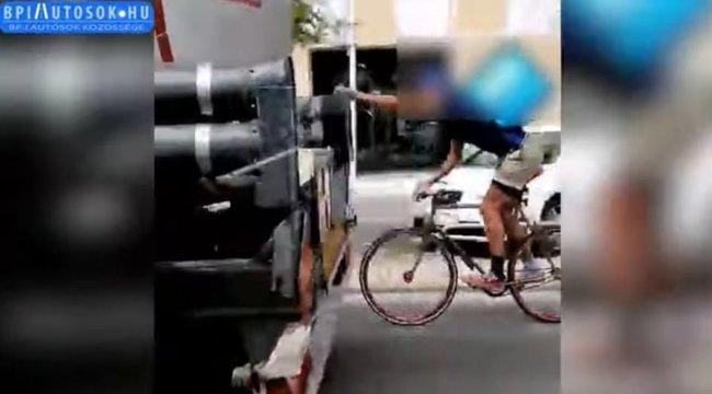 Életveszélyes: tartálykocsiba kapaszkodva húzatta magát a biciklis a Váci úton – videó