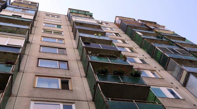 Kiugrott egy tízemeletes ház tetejéről egy férfi, de csodával határos módon túlélte a zuhanást!