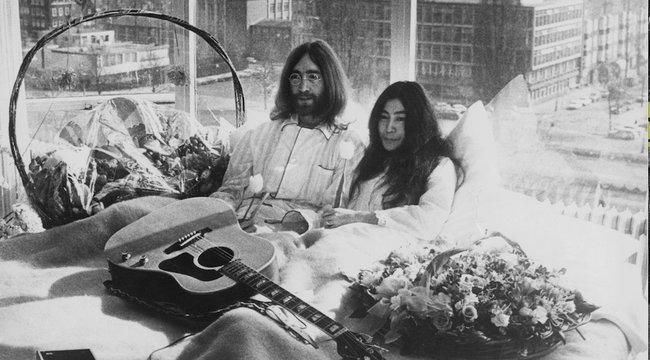 John Lennon az idősebb nőkhöz vonzódott – mindegyikükben az anyját kereste