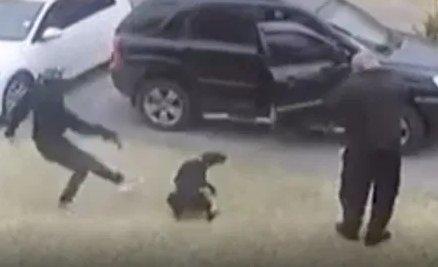 Gazdája elé vetette magát a hős kutya, hogy megmentse őt rablógyilkosoktól – videó