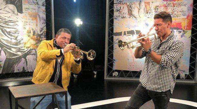 Lajcsi tanítja trombitálni Vastag Csabát