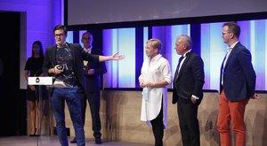 Szívbemarkoló! Gesztesi Károly emlékével kezdődött az idei Televíziós Újságírók Díjátadó Gála