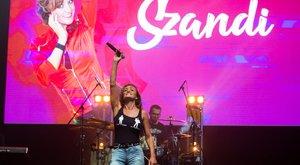 12 zenészen segített raktárkoncertjével Szandi