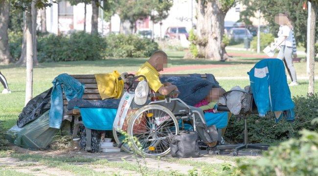 Sátortábort vertek a hajléktalanok Budapest szívében