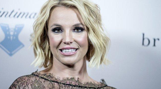 Britney-nek megint elgurult a gyógyszere: bugyiban, melltartóban és elkenődött sminkben rázza magát zavarodottan – Videó