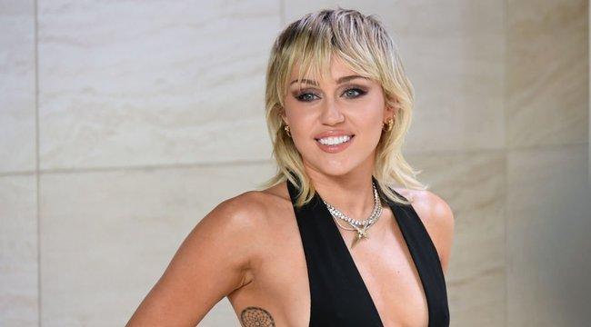 Miley Cyrus 115 millió követőjének vetkőzött le és nagyon is élvezte – videók