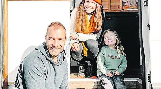 Gondolt egy merészet a menedzser papa: eladta mindenét, hogy feleségével egy furgonban nevelhessék a kisfiukat