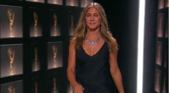 Jennifer Aniston melltartó nélkül villantott az Emmy-gálán