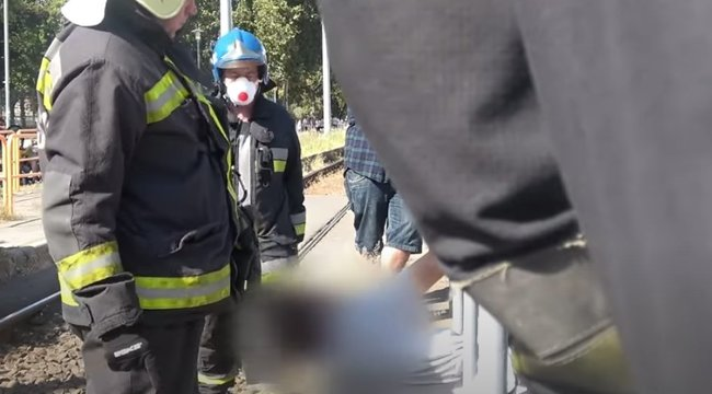 Korlátba szorult egy férfi a Boráros téren –videó