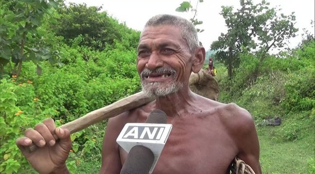 30 évenkeresztül egyedül, puszta kézzelásott ki egy több kilométeres csatornát, hogy segítsen falujának