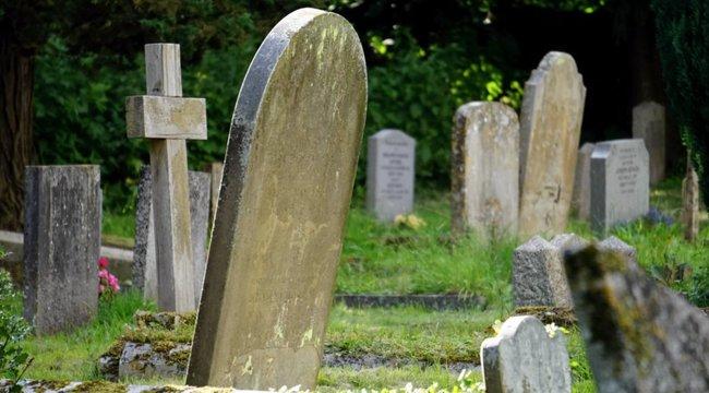 Lehet ennél kínosabb? Elejtették a koporsót, csatornában landolt a sírgödör helyett – videó