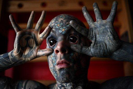 A nemi szervét is tetoválások borítják a franciák festett szemgolyójú tanítóbácsijának - Fotók