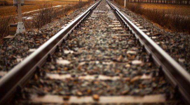 Még annyi minden állt előtte – barátja végignézte, ahogy a 16 éves lány a vonat elé veti magát