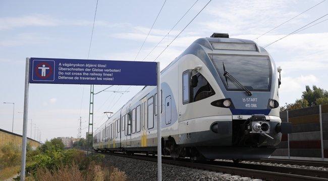 Tragédia Budán: Fülhallgatóval a fülében gázolta halálra a vonat a 14 éves lányt