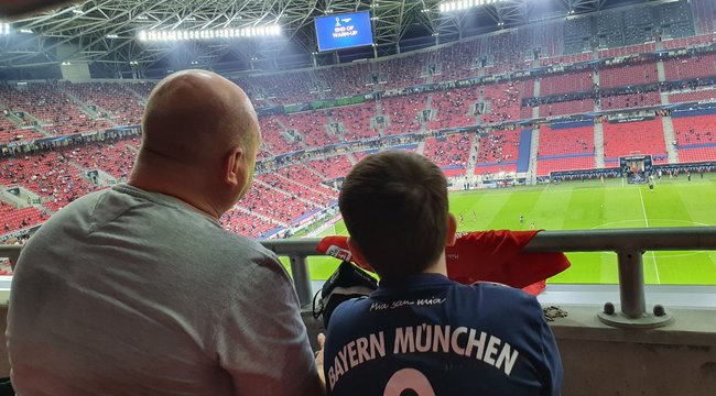 Maszkban is lehet élvezni a meccset: ilyen volt a hangulat a Bayern-Sevilla mézkőzésen a stadionban - Videó