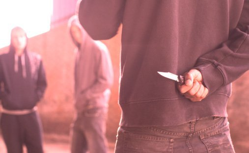 Minden porcikájába belemártották a kést a 16 éves fiúbarátai, mert elveszítette egyikük kutyáját