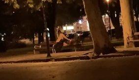Egy padon szexelt a fiatal szegedi pár – Többen is levideózták az aktust – 18+