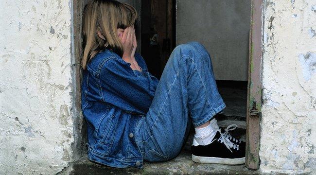 Férgekkel teli szobában, kínok közt halt meg az elhanyagolt 12 éves kislány, a szülőket letartóztatták– 18+
