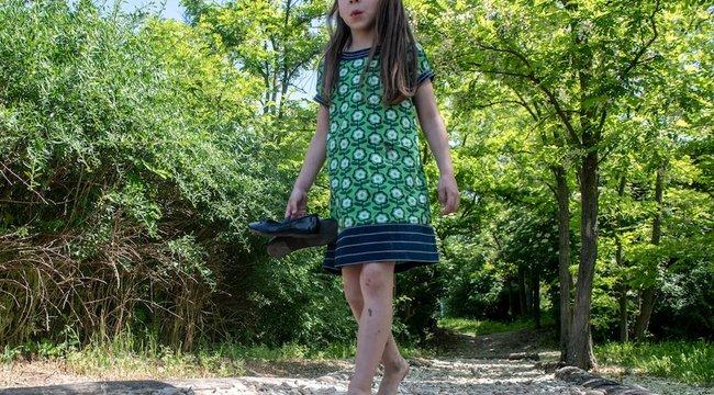 Ezzel a különleges módszerrel javíthat a gyerek tartási- és járási problémáin: csak pár kavicsra van szükség