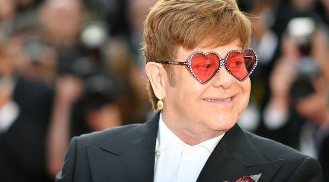 Elton Johnt megbüntették, mert maszk nélkül pózolt Caprin – mindezt egy fotó alapján