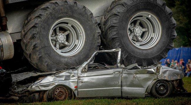 XXL Monster Truck Show – Traktorkerékkel vasalnak a monumentális dögök – videó
