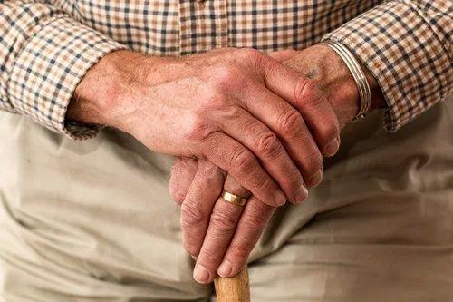 Aljas: 10 nap alatt elvetette magát a gyászoló bácsival, majd kisemmizte az öreget