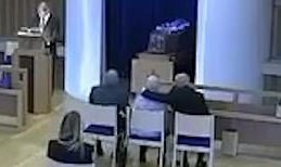 Egy szívtelen biztonsági őr a temetés közben üvöltözött a gyászoló családdal – egy ölelés volt a bűnük – videó