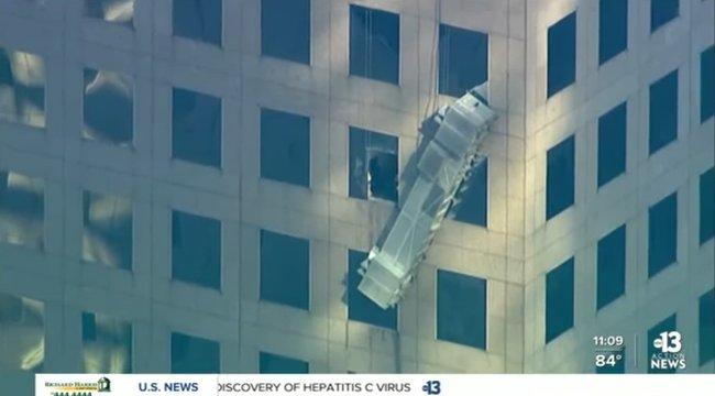 Hihetetlen: 60 méter magasan szakadt le a lift az ablaktisztítókkal – karcolás nélkül megúszták – videó