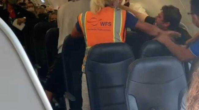 Bunyó a repülőn: összeverte utastársát egy férfi, mert az nem volt hajlandó maszkot húzni – videó