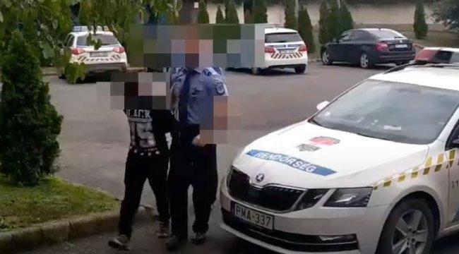 Fiatal suhanc rabolt ki egy idős férfi – pofátlanul besétált az udvarába és fenyegetőzni kezdett – videó