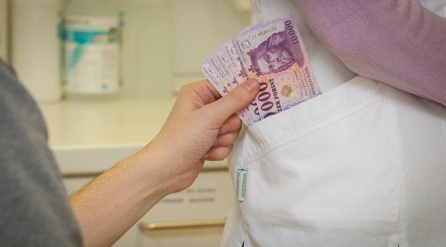 Mit tehetünk a hálapénz ellen? - A beteg jelezze, ha az orvos pénzt kér!