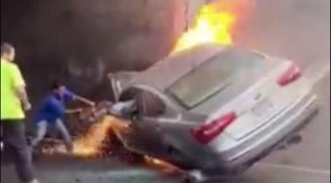 Sokkoló felvétel: lángoló kocsiból próbálják kimenteni a roncsba szorult sofőrt – videó